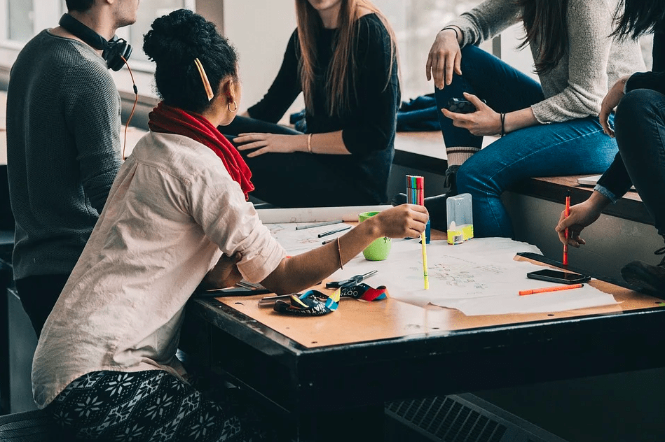 4 правила общения, которые помогут вам построить дружеские отношения на работе
