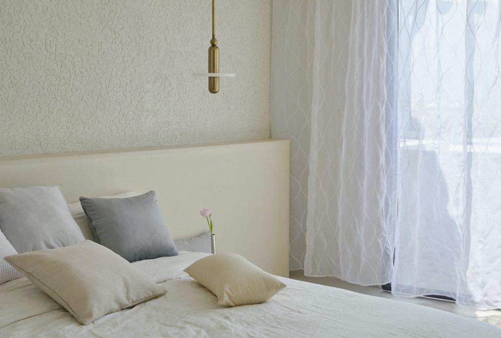 Секреты того, как сделать крошечную комнату визуально больше с помощью штор