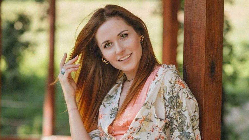 Звезда сериала «Крепостная» примерила брючный костюм самого модного цвета этого лета