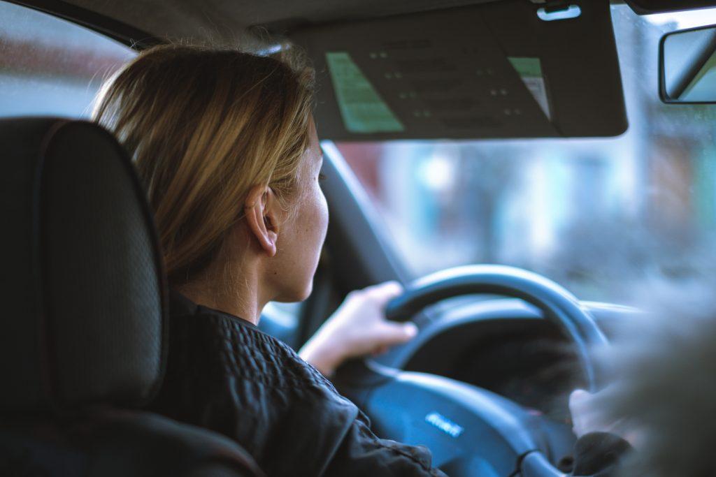 Изменения в вождении, которые являются ранними признаками болезни Альцгеймера