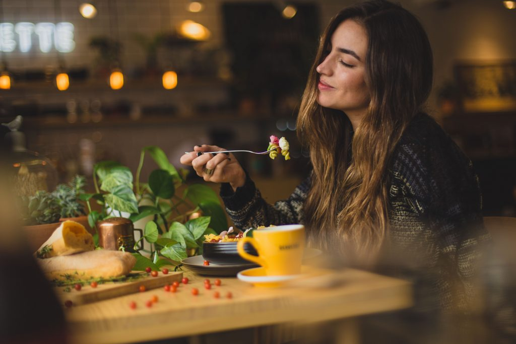 Стало известно, в какое время лучше ужинать, чтобы избежать ожирения