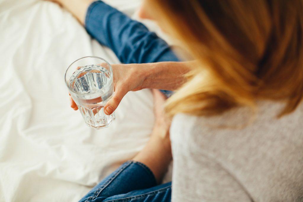 Гениально простые способы заставить себя пить 8 стаканов воды, если не хочется