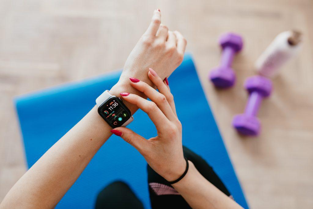 Как обычные фитнес-трекеры могут помочь в лечении COVID-19?