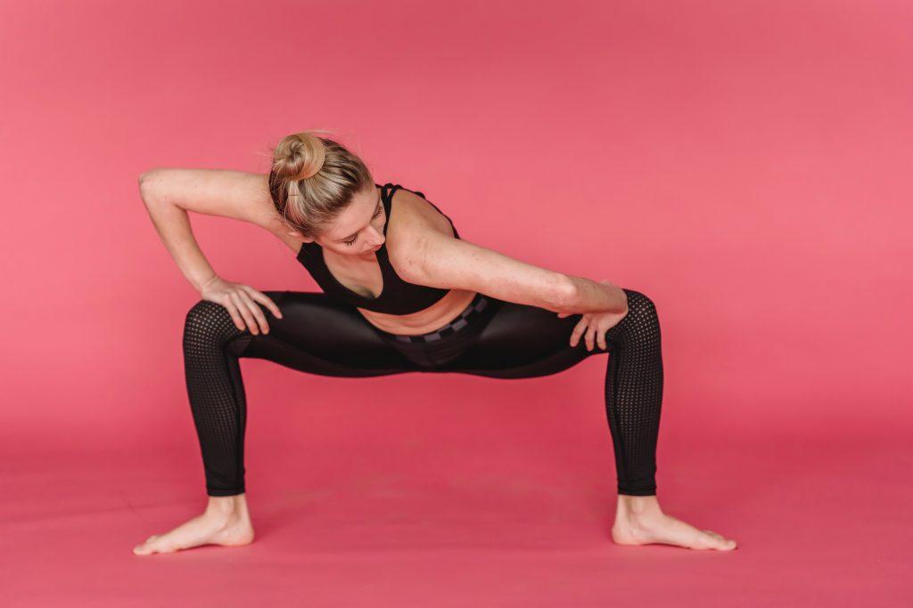 Мощная версия приседания, которая проработает мышцы внутренней поверхности бедра