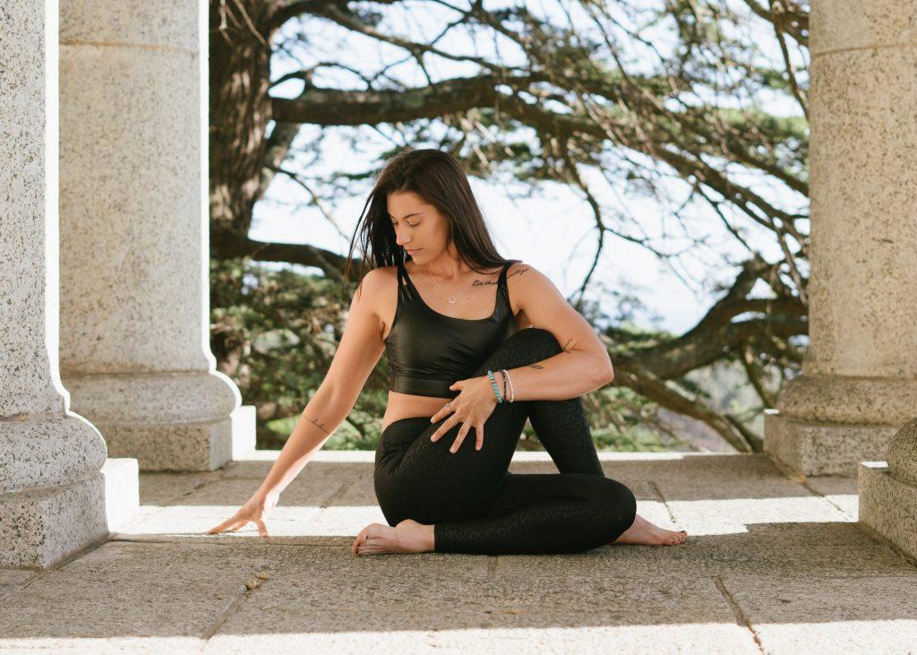 3 лучшие позы из йоги для устранения вздутия живота и запоров