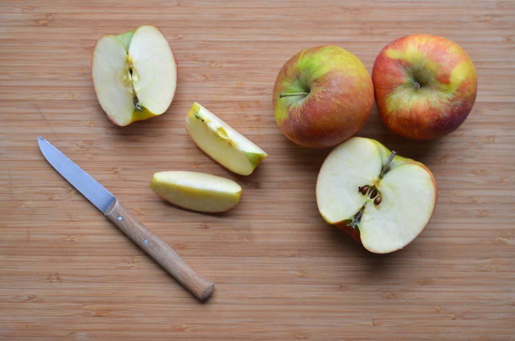 Чёрные косточки от яблок: безопасно ли их употреблять в пищу?