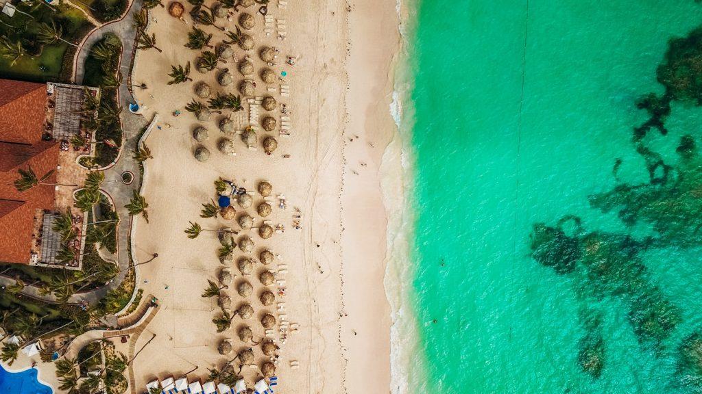 Самые красивые пляжи мира, которые доступны для посещения летом 2021