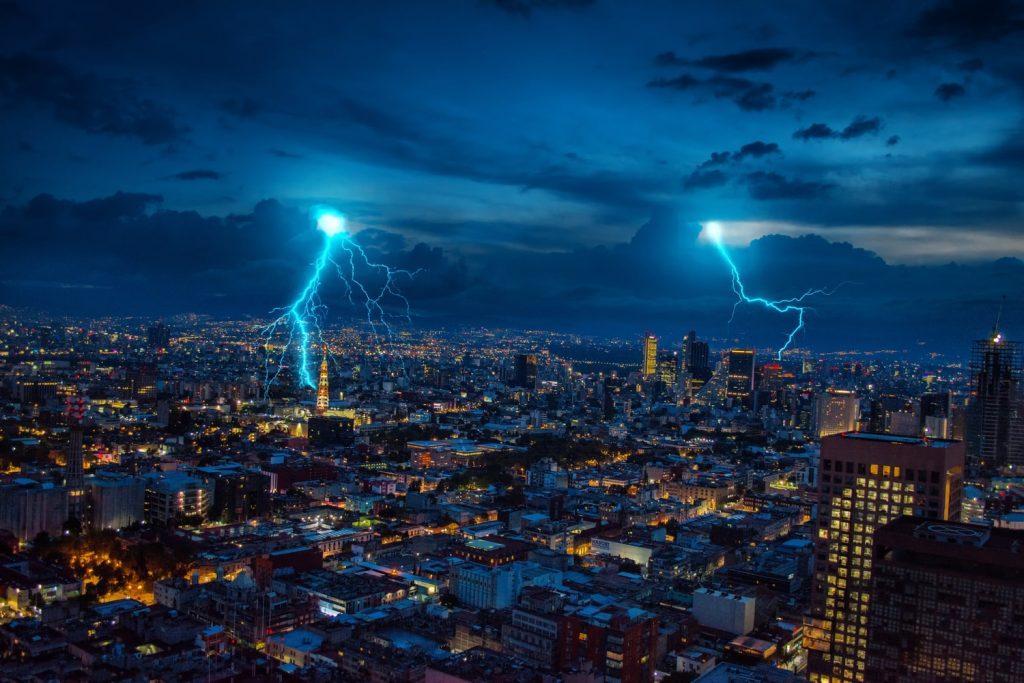 Что можно и нельзя делать с телефоном во время грозы и молнии
