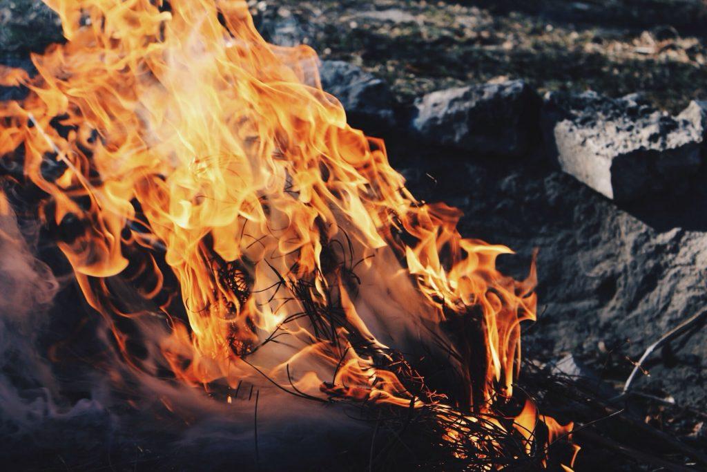 Картон и 5 других вещей, которые нельзя сжигать на костре