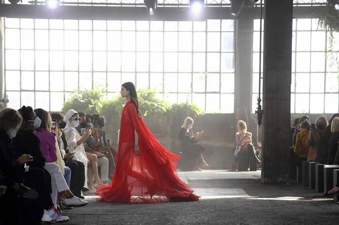 Сплетни: Valentino планируют проект по обмену старой одежды на новую