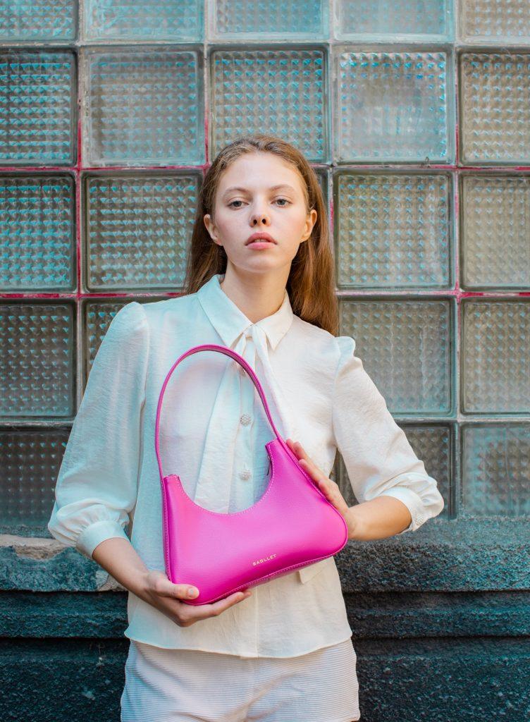 Тренды лета: как стильно носить розовую сумку в этом сезоне