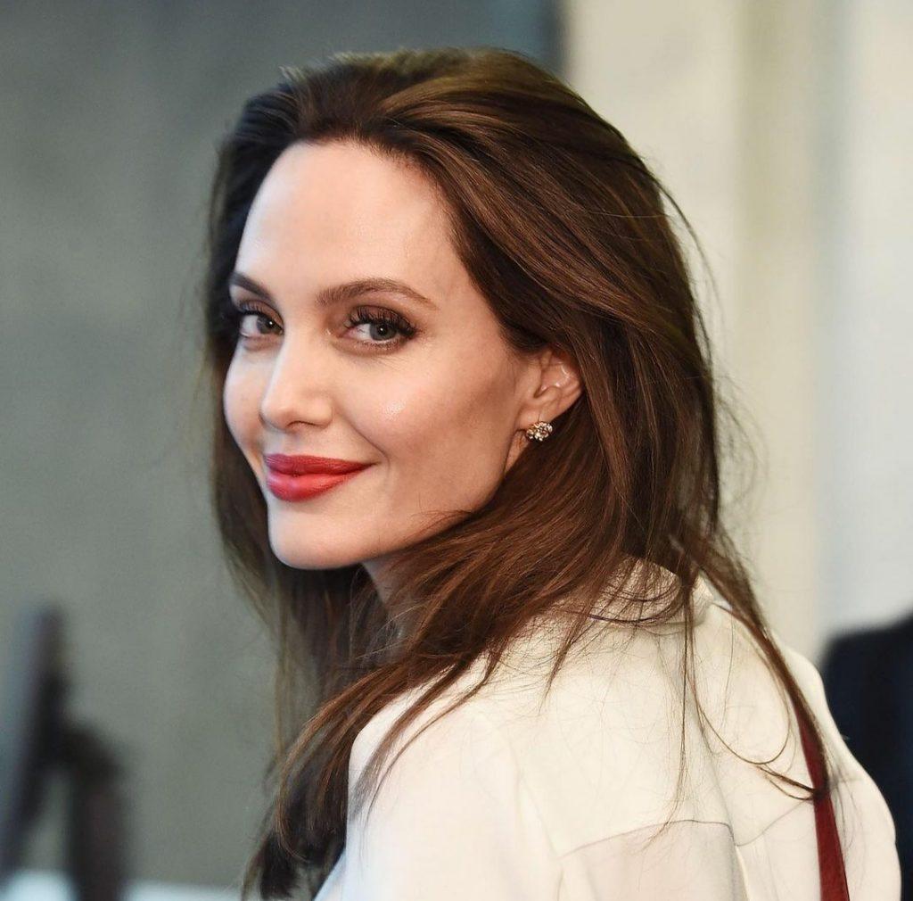 Анджелина Джоли зарегистрировалась в популярной соцсети и поделилась первой публикацией