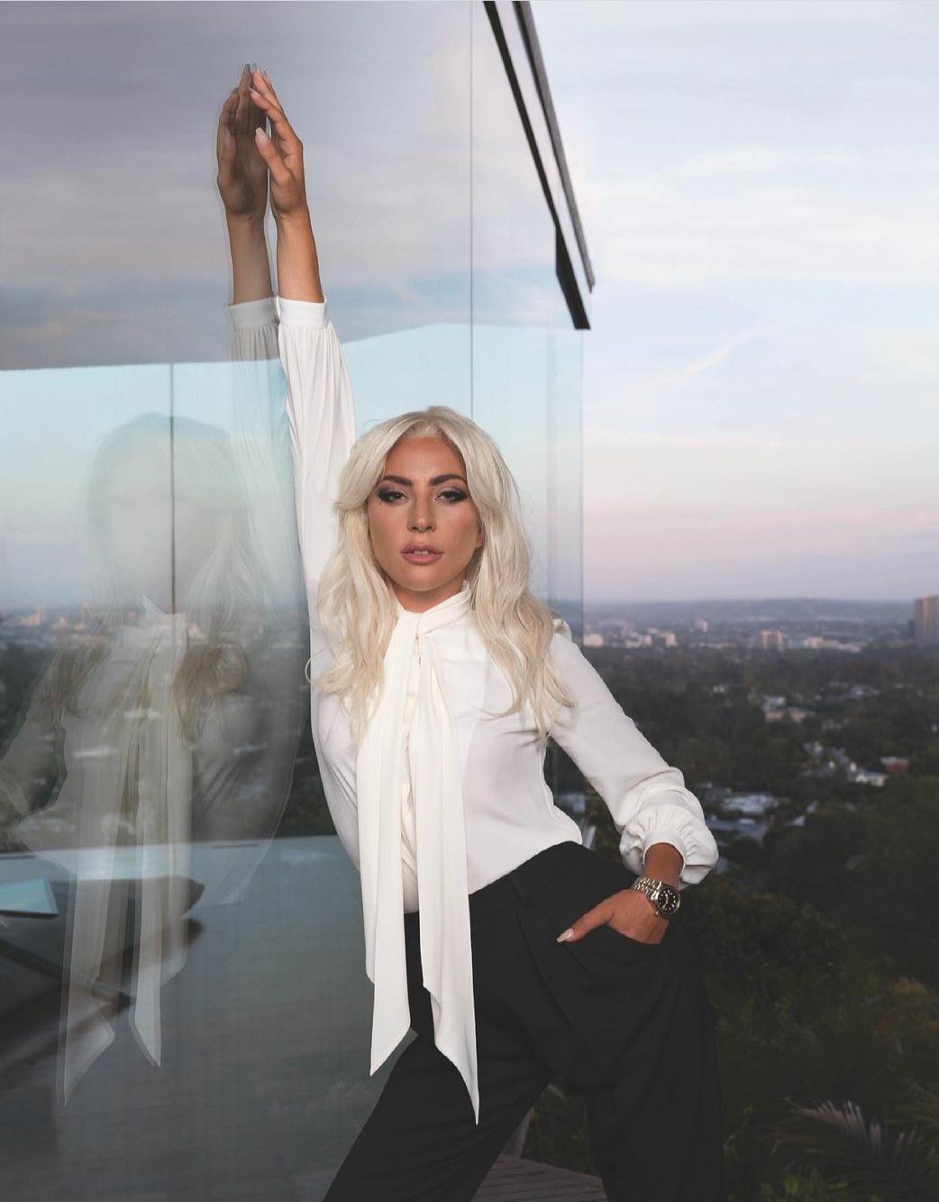 В велосипедках и на платформах: Леди Гага не перестает удивлять своими образами