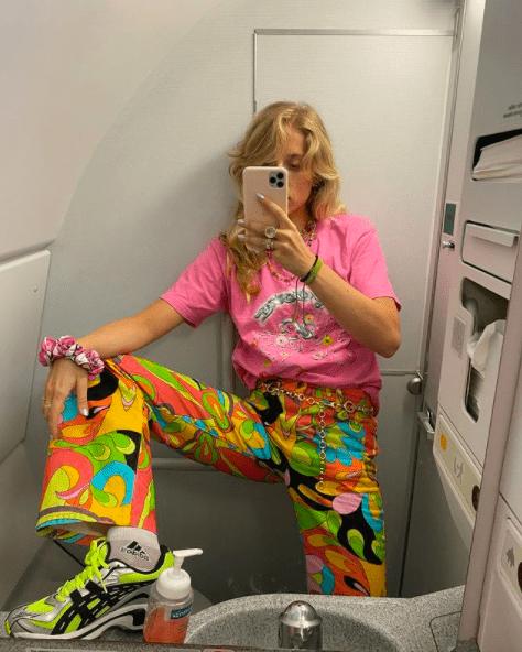 """Яркий тренд: как носить эффектные штаны с """"мультяшным"""" принтом"""