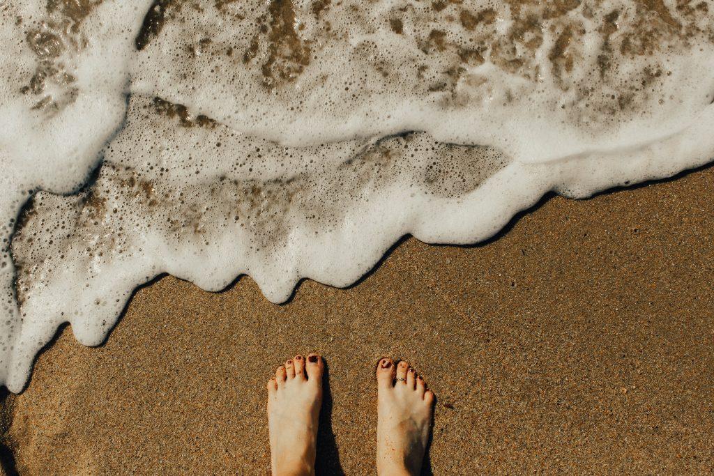 Ортопед назвал худшую летнюю привычку, связанную с вашими ногами