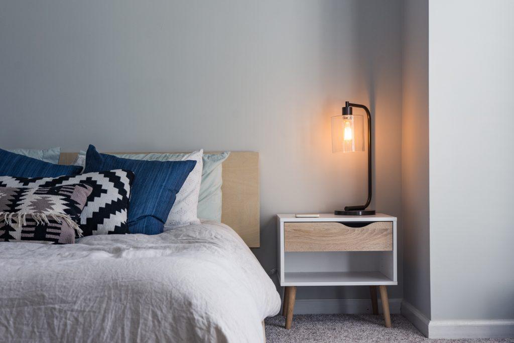 Как поставить кровать по фэн-шуй даже в крошечной спальне, чтобы не было бессонницы