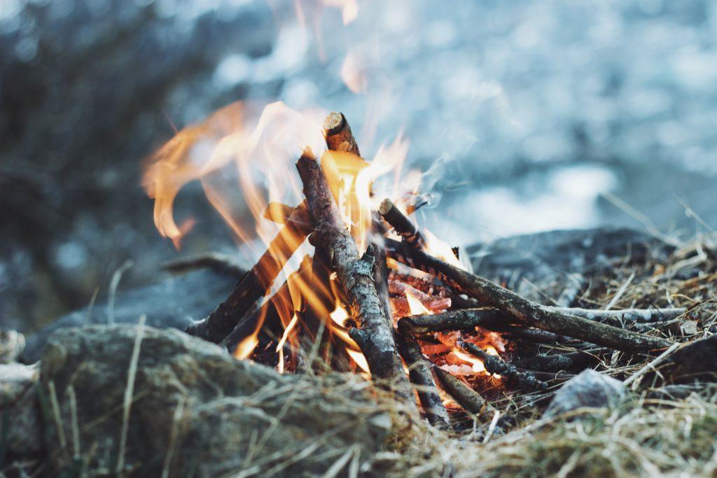 Опаснее, чем многие думают: чем грозит вдыхание дыма от костра?