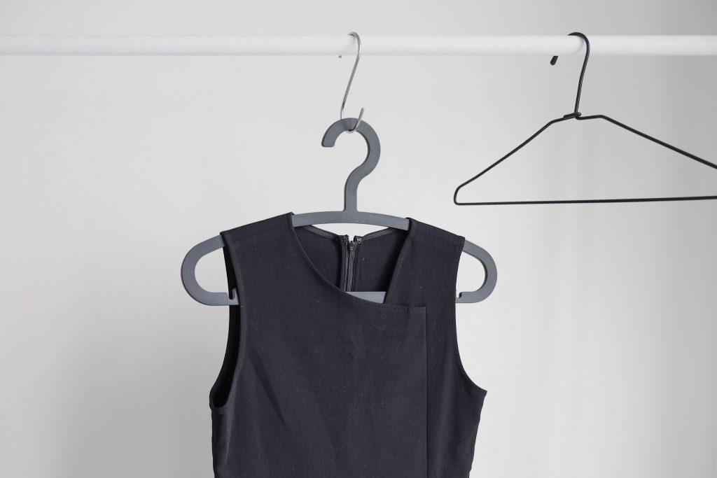 Грубая ошибка с использованием вешалки, которая вредит вашей одежде