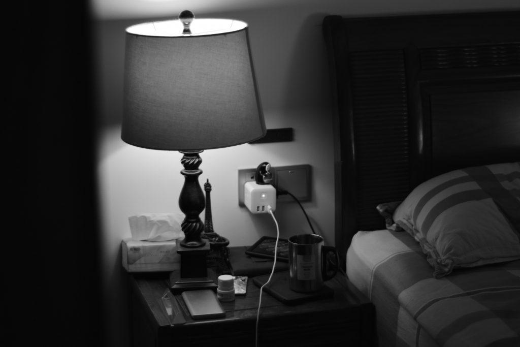 Почему стоит дважды подумать, прежде чем ложиться спать рядом с розеткой