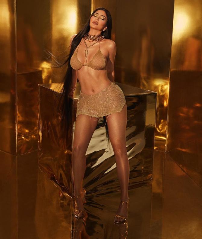 Кайли Дженнер примерила купальник 24-каратного золота, который создала украинка