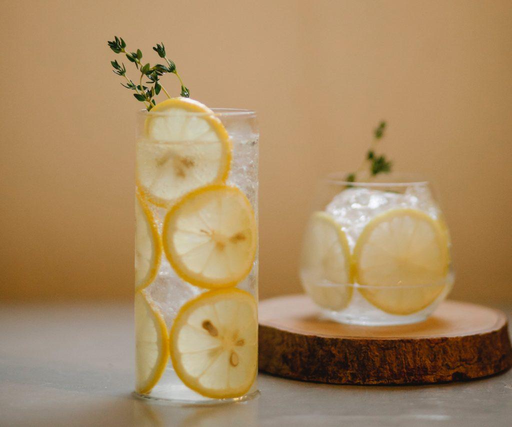 Эксперты рассказали, когда пить воду с лимоном утром небезопасно