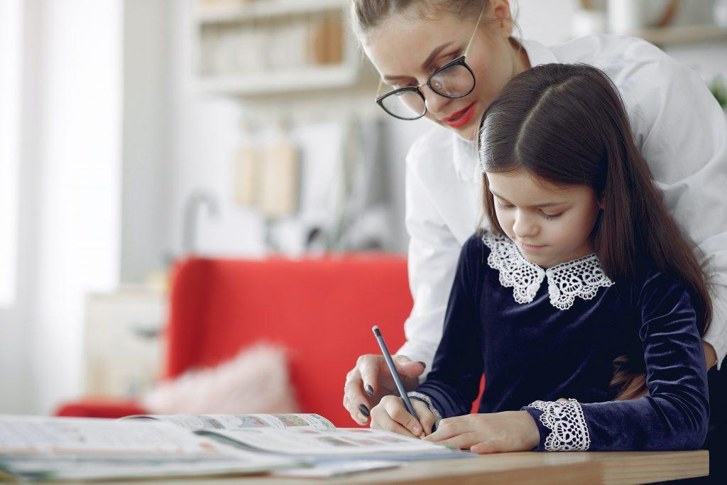 Как приучить ребенка держать осанку: советы перед началом учебного года