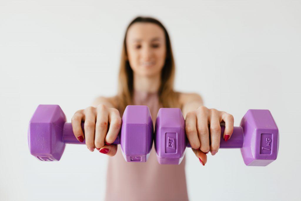 Какой вес отягощения поднимать новичку и как много делать повторений?