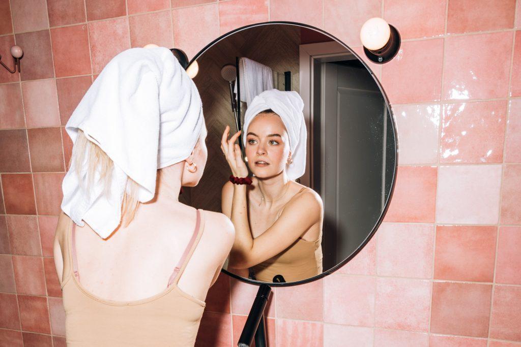 Что сделать, чтобы зеркало в ванной не запотевало: удивительно простой совет №1