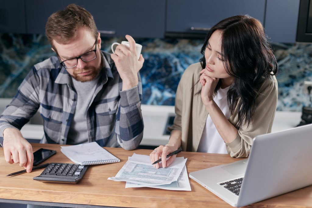 Почему плохо для отношений, если вы не знаете зарплату своего партнера