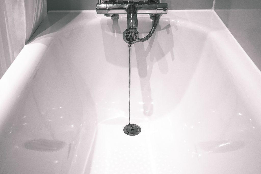 Уловка, о которой нужно узнать перед прочисткой засора в ванной