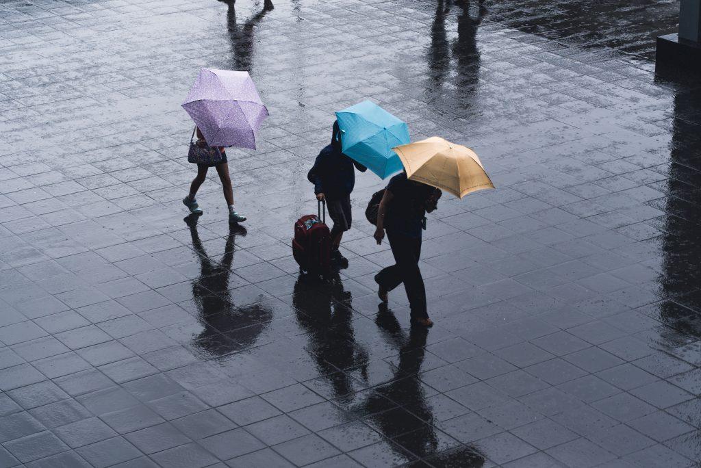 Безобидная вещь, которую нельзя делать рядом с другими людьми во время молнии