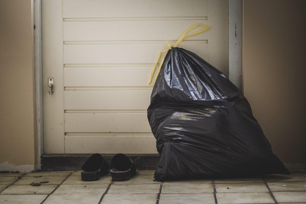 3 вещи, которые нужно добавить в мусор, чтобы неприятный запах не разносился по дому