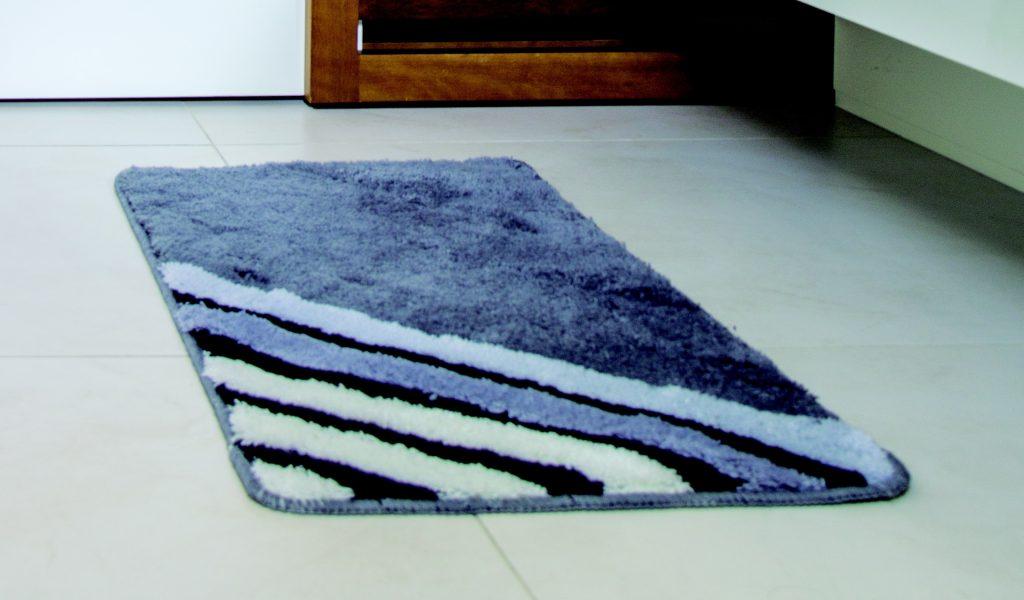Гениальный совет, как предотвратить скольжение ковриков в ванной