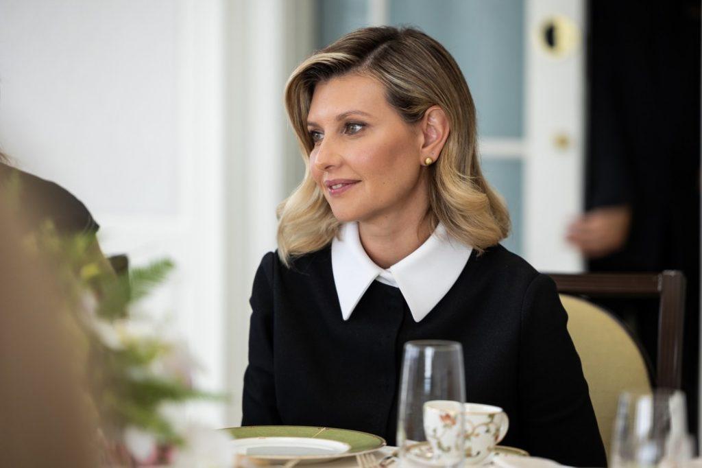 Total white look: рассматриваем образ Елены Зеленской на открытии Украинского дома в Вашингтоне