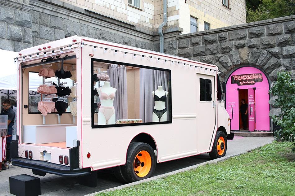 Белье на колесах: бренд brabrabra открыл новый передвижной магазин