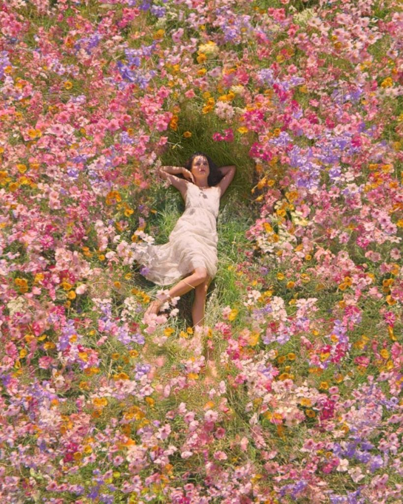 Романтичная Натали Портман бегает по цветочному полю в новом кампейне от Dior