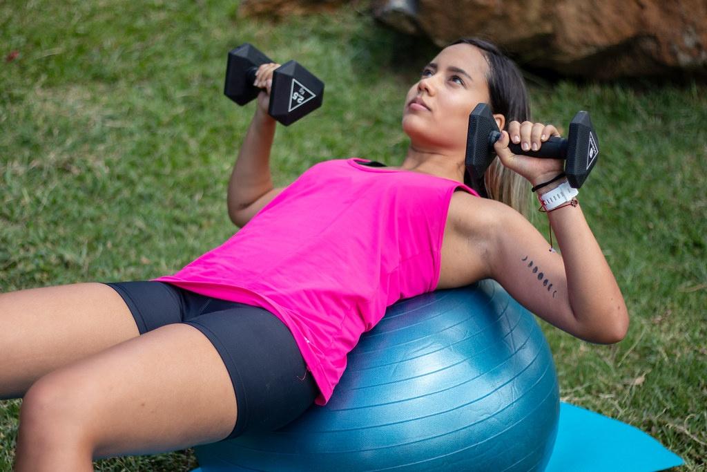 3 упражнения, которые помогут избежать потери формы и обвисания груди