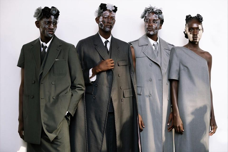 Thom Browne украсили лица моделей цветами и землей для нового показа в Нью-Йорке