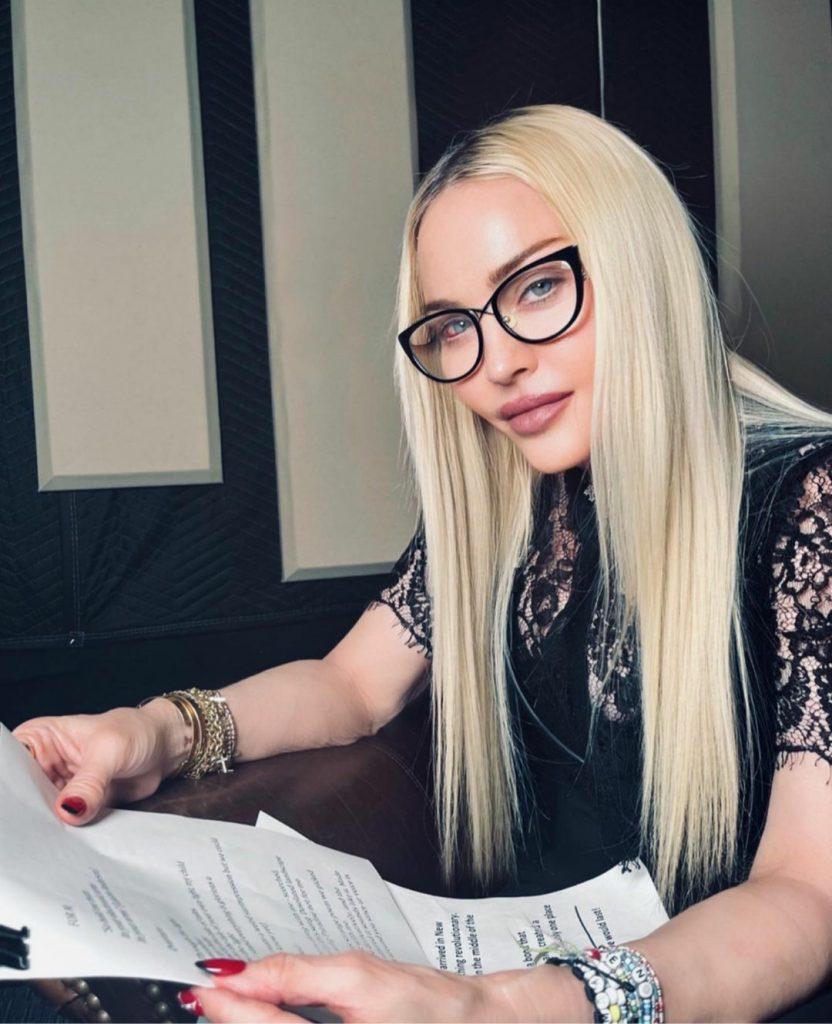 С фатой и глубоким декольте: Мадонна поразила сеть необычным образом