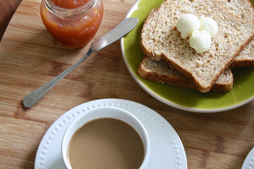 Как упростить намазывание холодного масла на тосты: секундный лайфхак с ножом