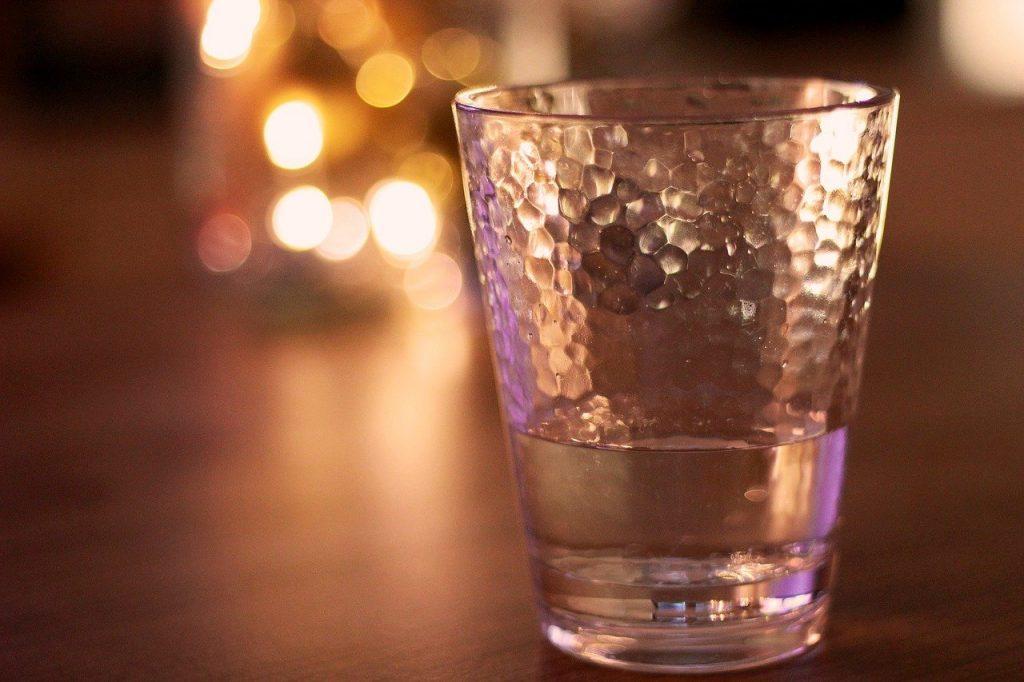 Помогает ли полоскание соленой водой от боли в горле или нет?