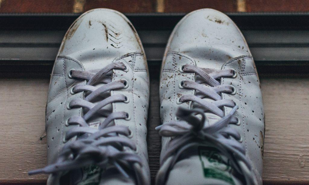 Как правильно постирать белую обувь, чтобы она выглядела как новая