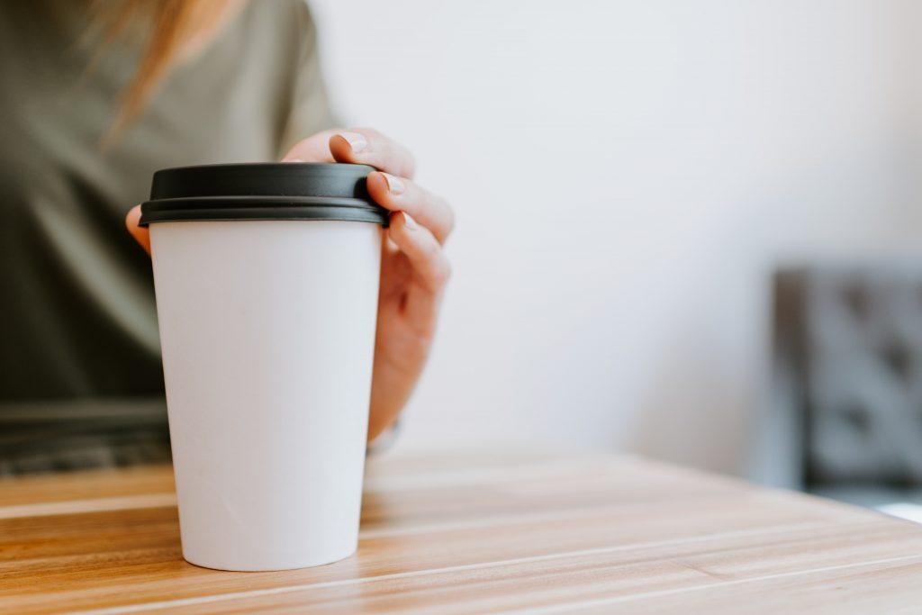 Секрет №1: что сделать, чтобы чай или кофе не вылился из стаканчика с крышкой