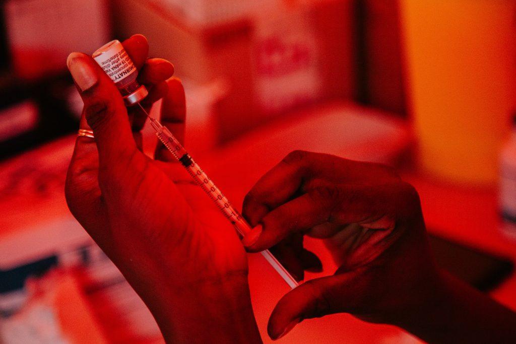 Исследователи выяснили, как вакцина Pfizer защищает от госпитализации