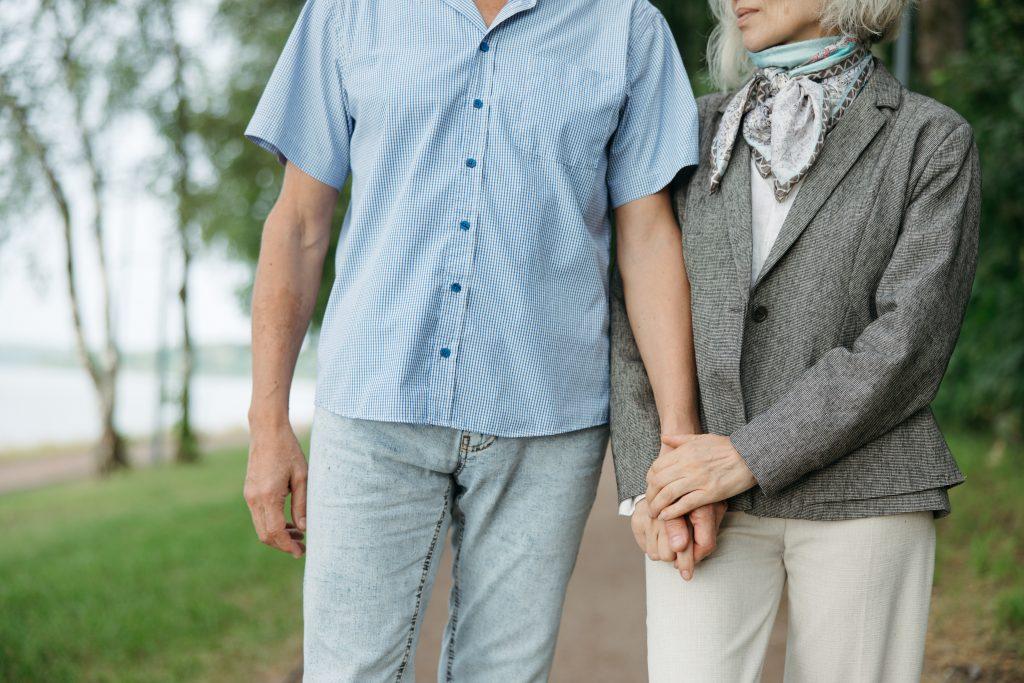 4 связанных с ходьбой симптома, которые могут указывать на диагноз Паркинсона