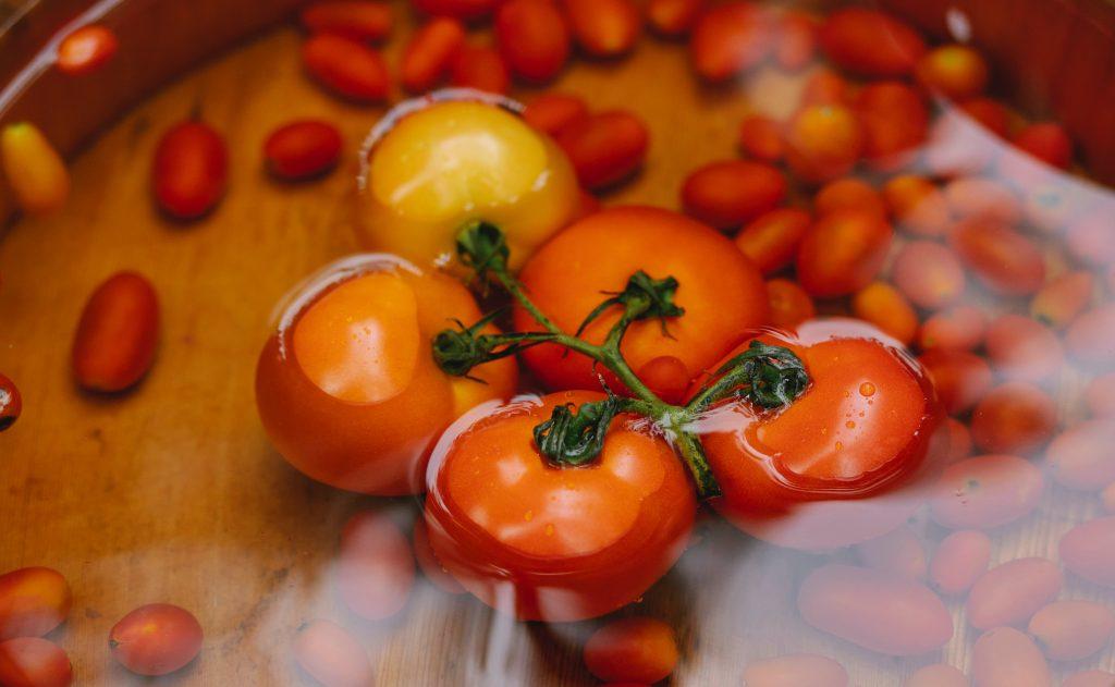 «Безобидная» вещь, которую нельзя делать перед тем, как мыть фрукты и овощи
