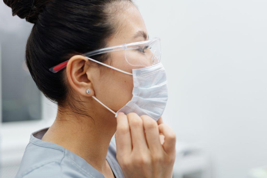 Эпидемиолог рассказал, каких двух вещей избегает, чтобы не заразиться COVID