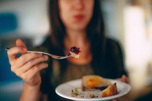 Как перестать переедать: 5 советов, которые уберегут от набора веса