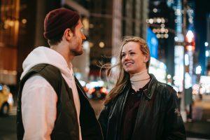 Необычная вещь во время разговора с мужчиной, которая делает вас привлекательной