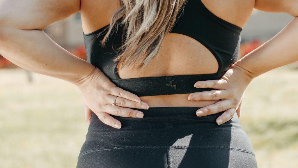 Популярное упражнение для спины, которое на самом деле может усилить боль